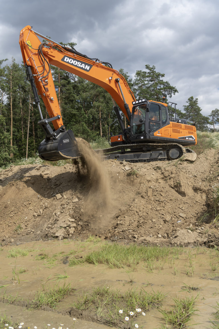 DX300LC-7_digging_pic1